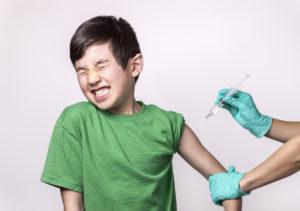 jongen die vaccin krijgt