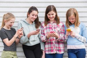 meisjes me mobiele telefoon