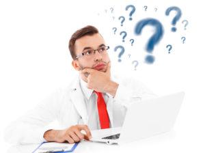 Arts met vraagtekens en een laptop