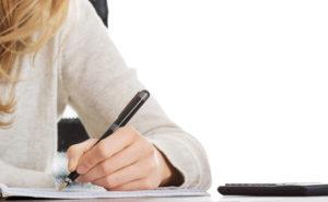 vrouw die brief schrijft
